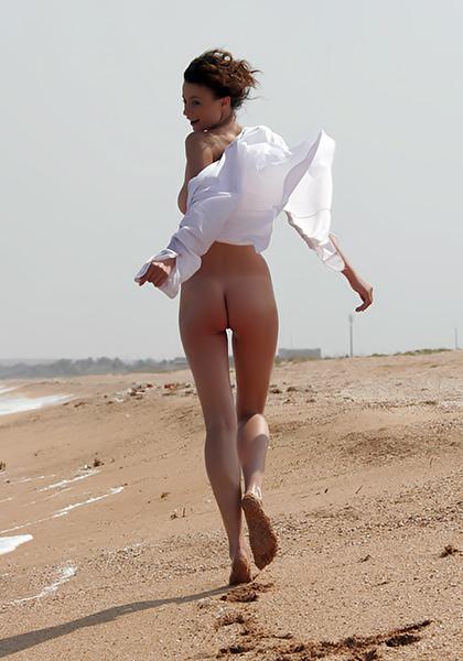 nuoga-moteris