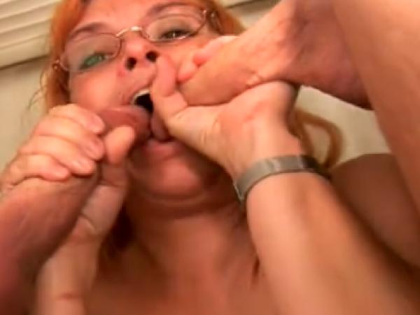 Mamytė čiulpia du bybius