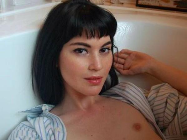 Nuoga mergina vonioje