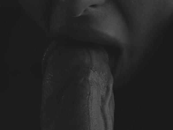 Aplaižė penį liežuviu