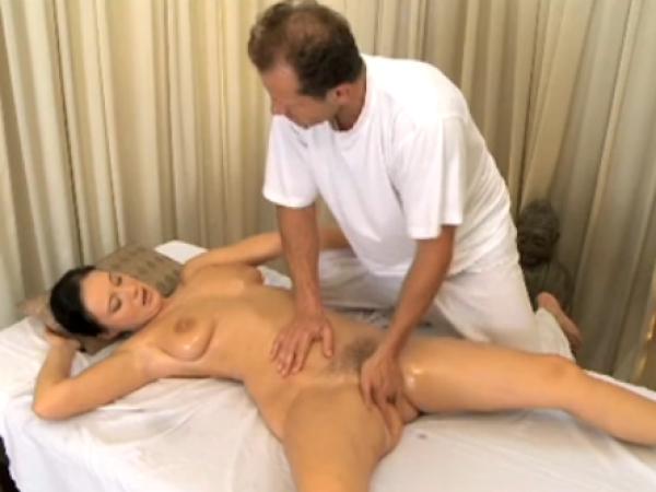 Nuoga mamytė gauna sekso per masažą
