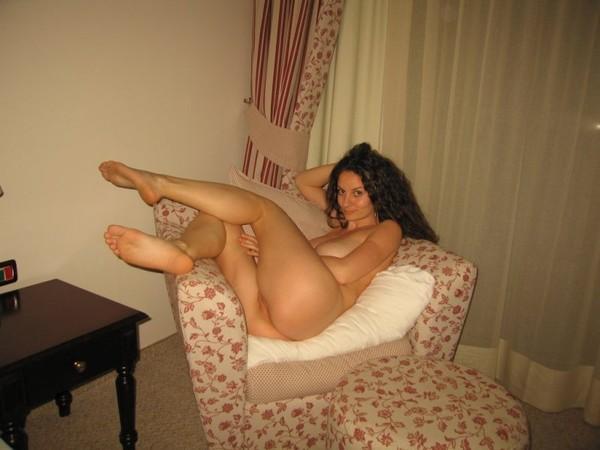 nuoga-mergina-viesbutyje-08