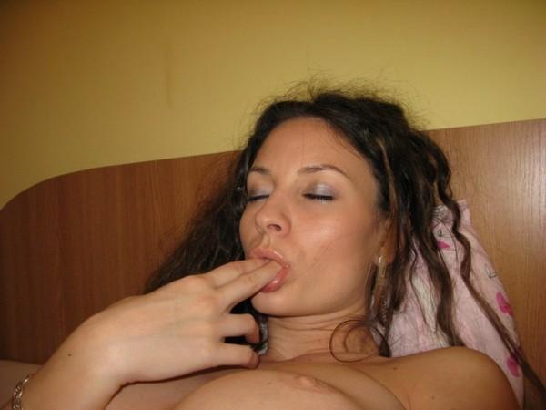 nuoga-mergina-viesbutyje-14