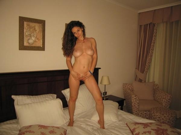 nuoga-mergina-viesbutyje-22
