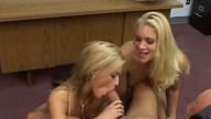 Karštos dvi blondinės čiulpia mokytojui