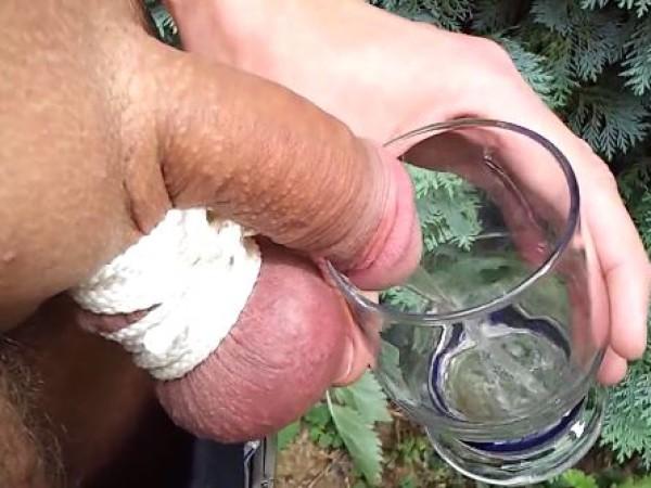 Vyras myža į stiklinę