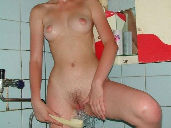 Nuoga jauna rusaitė vonioje