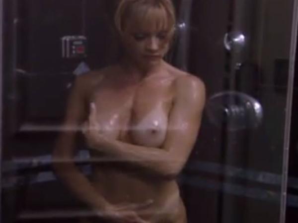 Mamytė prausiasi dušo kabinoje