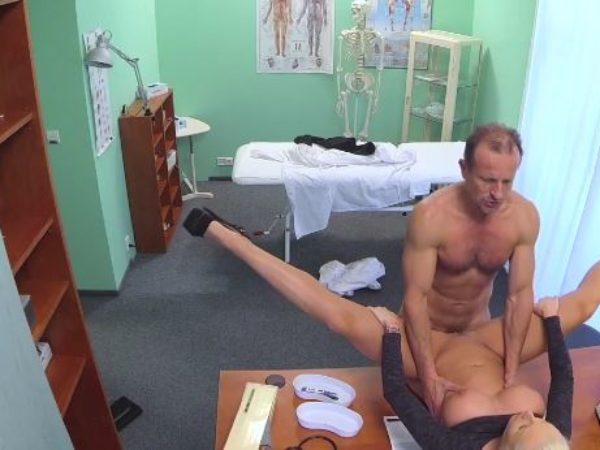 Daktaras dulkina porno žvaigždę kabinete