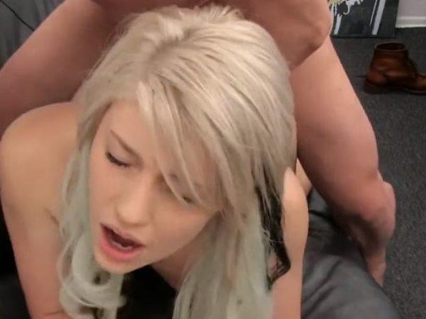 Puikus blondinės porno su laiminga pabaiga ir sperma putėje