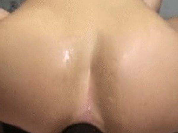 Storas dildo išlenda iš užpakalio
