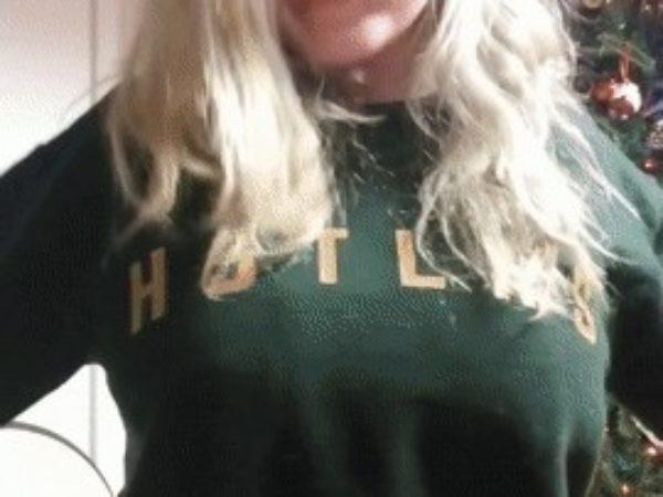 Opa, blondinė namuose parodo krūtis