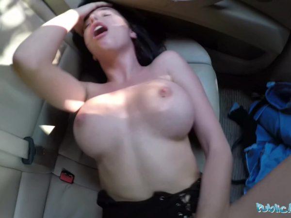 Oralinis porno automobilyje su laiminga pabaiga