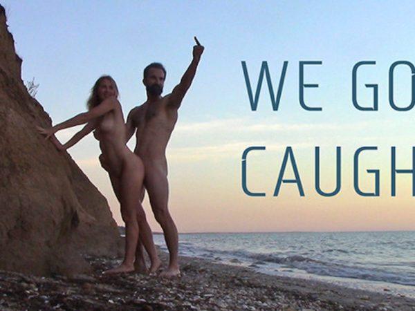 Seksas ant smėliuko paplūdymyje su gražia nuoga mergina